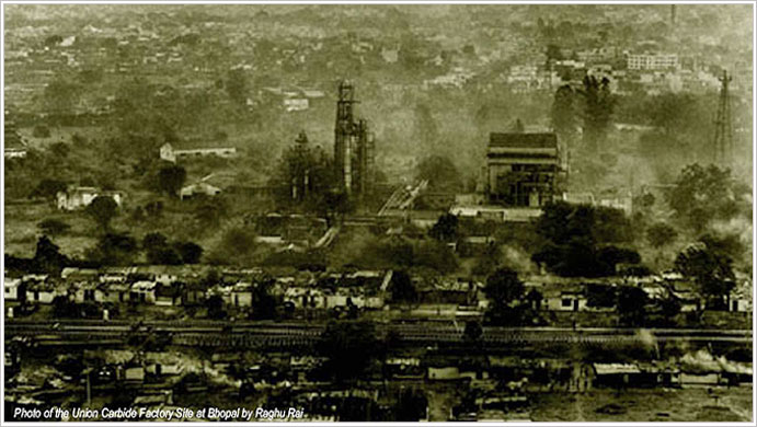 union carbide disaster bhopal india Twenty-five years ago this week, in the early hours of dec 3, 1984, large amounts of water entered a tank at the union carbide factory in bhopal india.